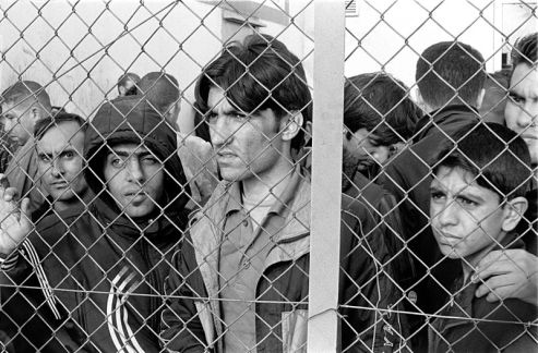 800px-20101009_Arrested_refugees_immigrants_in_Fylakio_detention_center_Thrace_Evros_Greece_restored